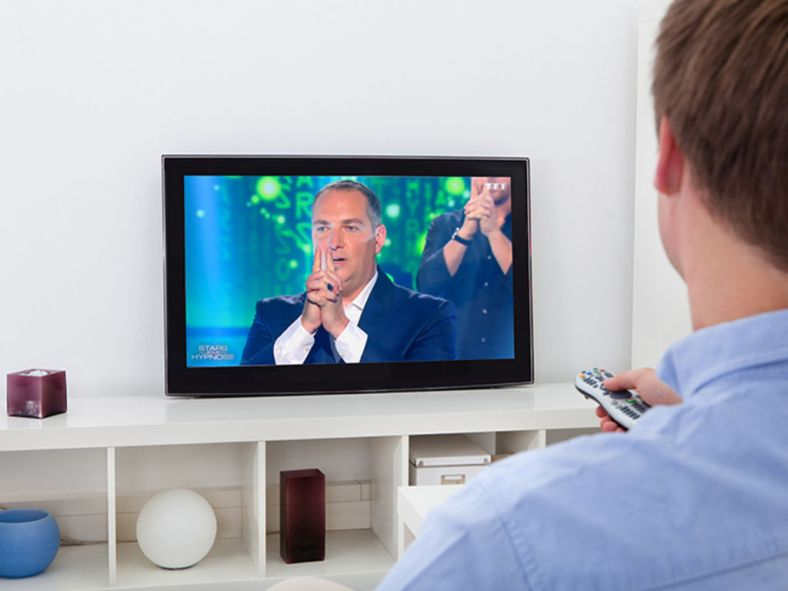 insolite-un-telespectateur-hypnotise-devant-sa-television-par-messmer_width1024